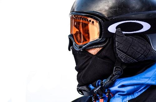 バラクラバを被ったスノーボーダー