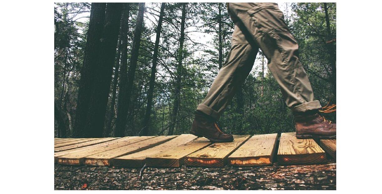 トレッキングパンツを履いて登山中