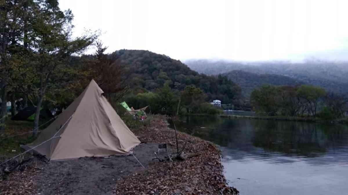 一人用テントおすすめ安いアイテムで湖畔にキャンプ