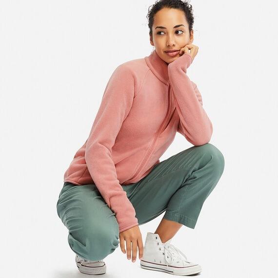 ユニクロ フリースフルジップジャケットを女性が着ている