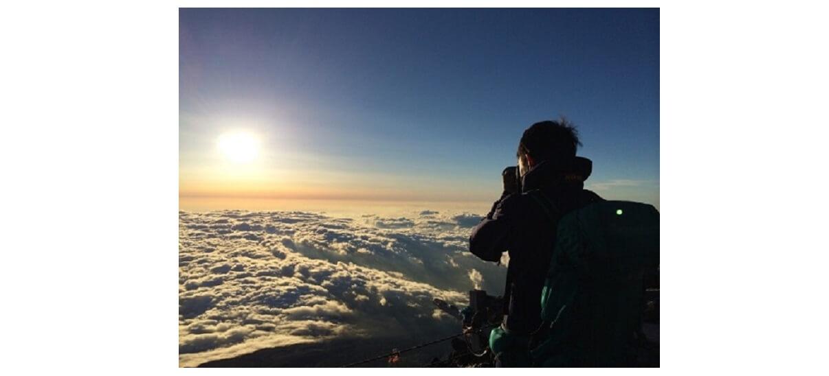 雲海と登山者とモンベルリュック リッジラインパック