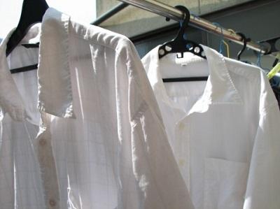 登山用シャツの洗濯したあと天日干ししている画像