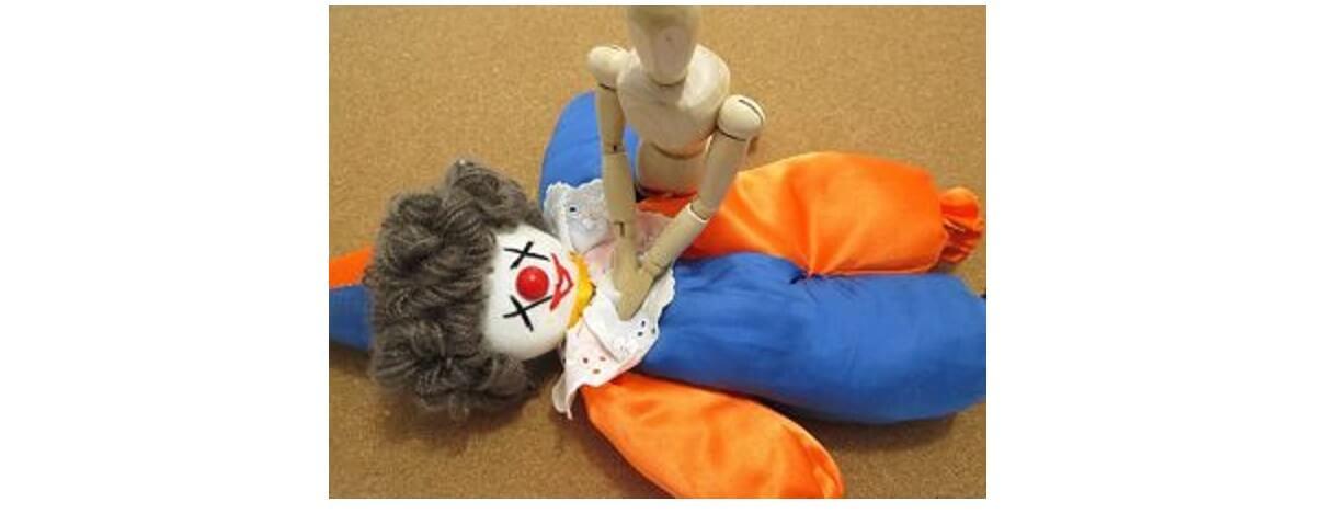 心臓マッサージをする人形